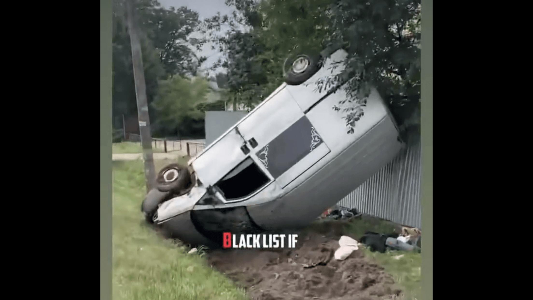 У Бурштині автівка врізалася в огорожу та перекинулася на дах (ВІДЕО)