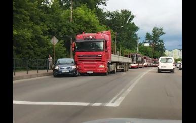 На мості і під ним: дві ДТП паралізували виїзд з міста через Пасічну (ФОТО, ВІДЕО)