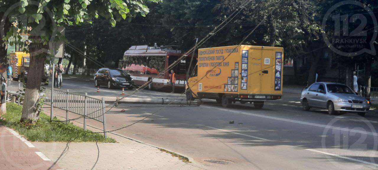 На Галицькій на дорогу впав стовп: містом утворилися затори (ФОТОФАКТ)