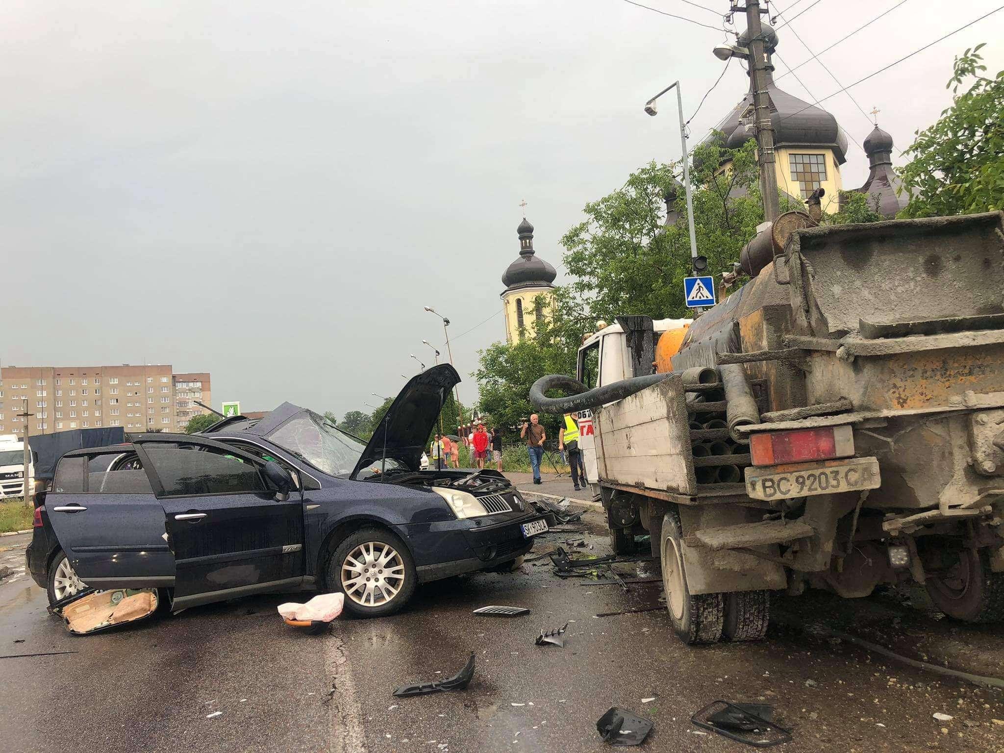 """Водій """"Рено"""" виїхав на зустрічну і загинув: подробиці смертельної ДТП у Бурштині (ФОТО)"""