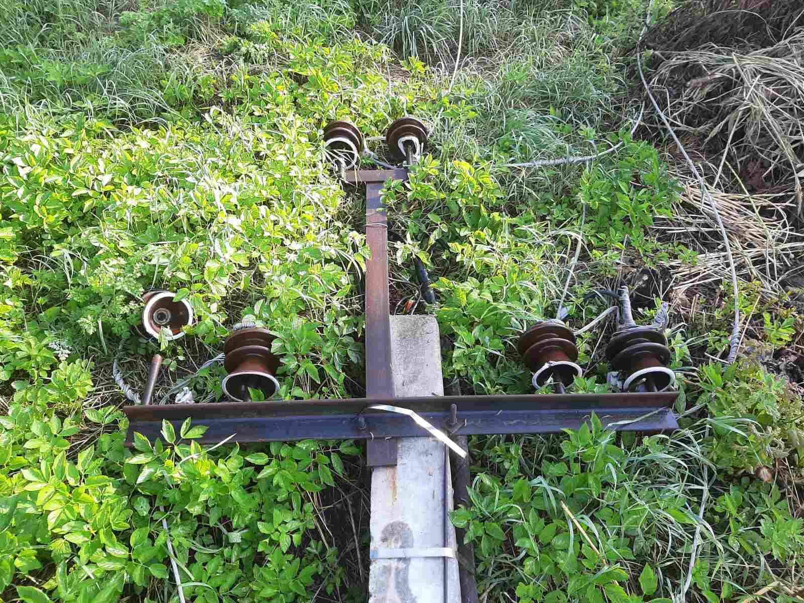 Енергетики ліквідовують наслідки вчорашньої негоди – проблеми з електрикою мають ще 17 сіл (ФОТО)