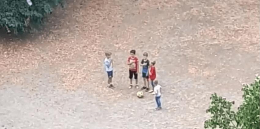Діти-футболісти у дворі Києва перед своїм матчем виконали гімн України (ВІДЕО)