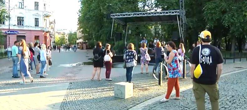 """Майже 11 тисяч гривень зібрали на благодійному концерті """"На шапку"""" в центрі міста (ВІДЕО)"""