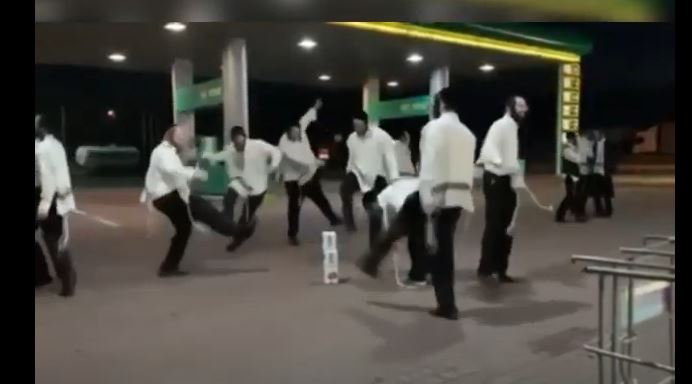 Цієї ночі на заправці у Чопі туристи влаштували запальні танці (ВІДЕО)