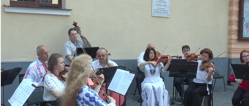 Оркестр Франківської філармонії виступив просто неба з українською класикою (ВІДЕО)
