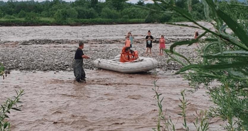 На Прикарпатті діти застрягли на острові посеред річки. Допомогли рятувальники (ФОТОФАКТ)