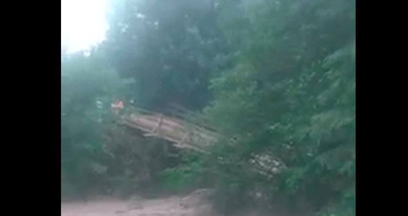 На Надвірнянщині піднялися потічки, які підтопили будинки, автівки та зруйнували мости (ВІДЕО)
