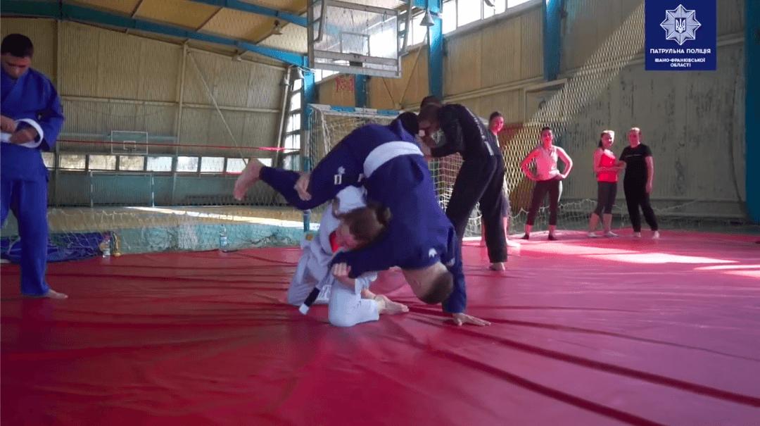 Франківські патрульні показали, як вдосконалюють свою фізичну підготовку (ВІДЕО)