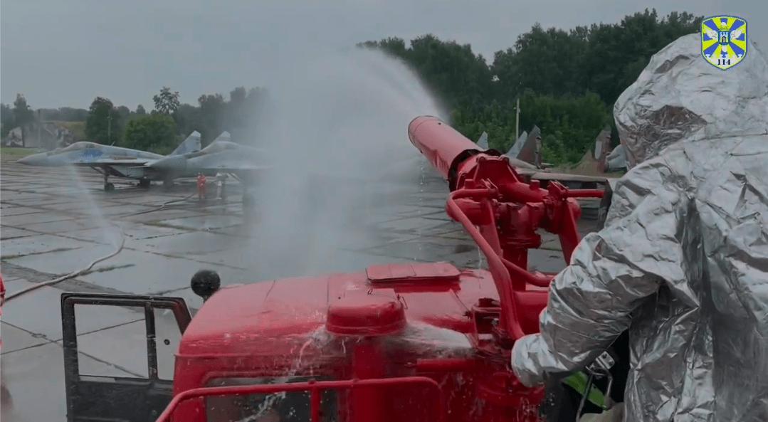 У Франківському аеропорту відпрацювали гасіння військового літака (ВІДЕО)