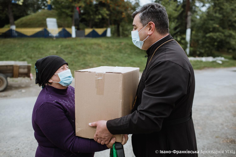 На Богородчанщині священники роздали продуктові набори потребуючим (ФОТО)