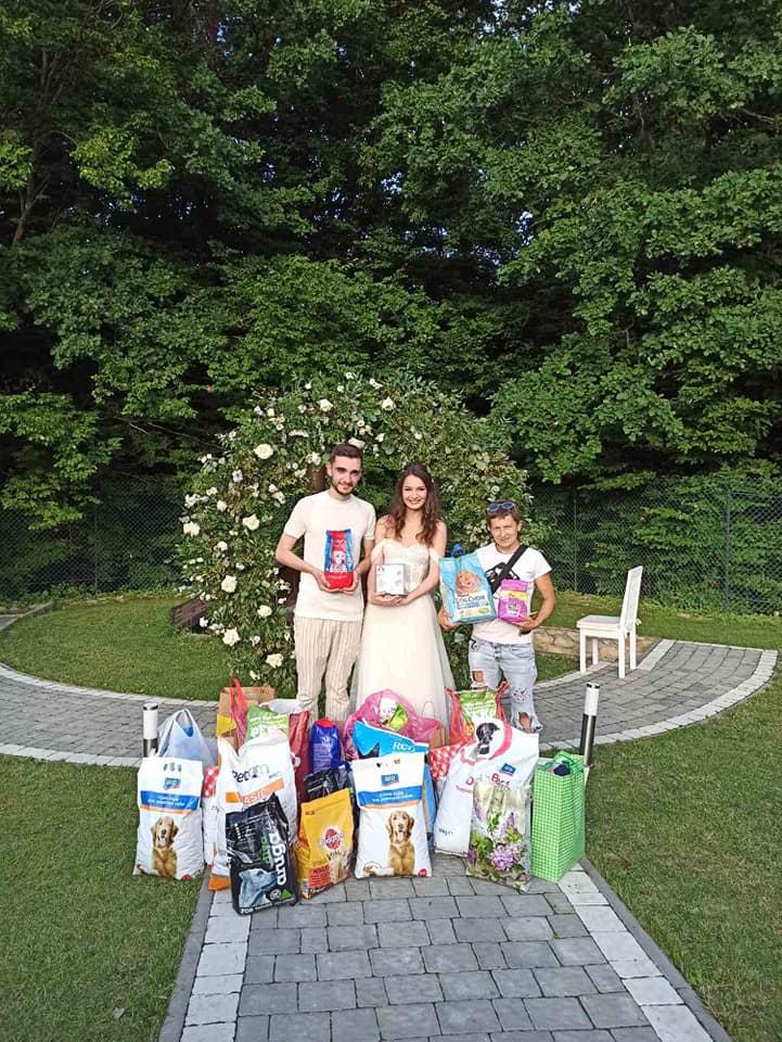 Замість квітів: франківці на весілля попросили гостей принести корм для безпритульних тварин (ФОТО)