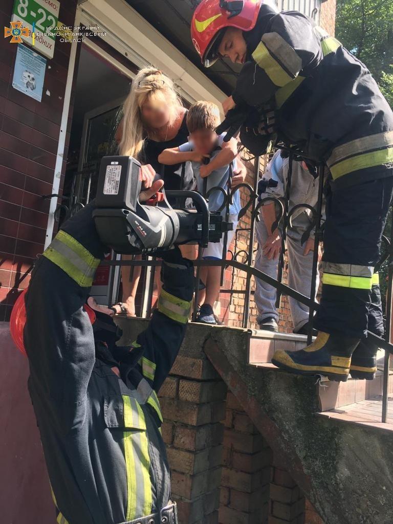 У Коломиї хлопчик застряг у металевому паркані – допомагали рятувальники (ФОТОФАКТ)