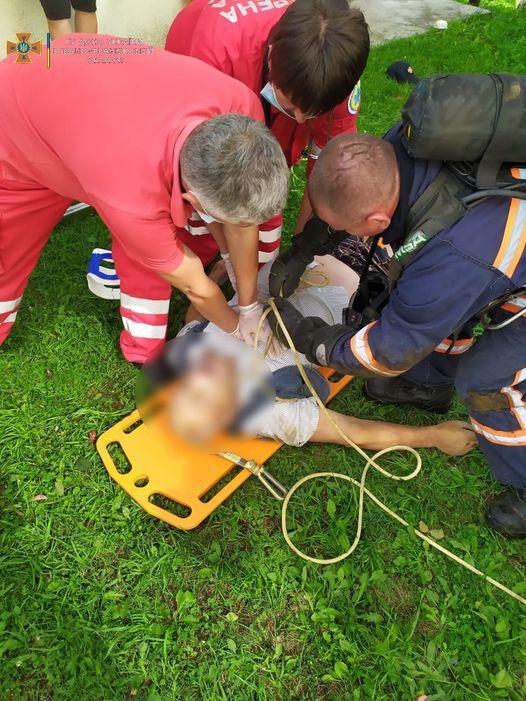 На Прикарпатті рятувальники витягнули з криниці двох людей. Обоє померли (ФОТОФАКТ)