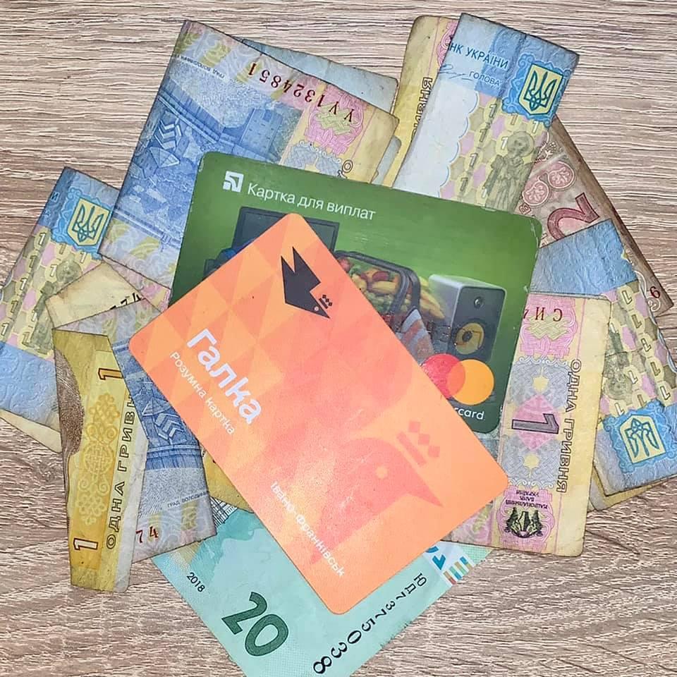 57% франківців все ще оплачують проїзд готівкою в комунальному транспорті