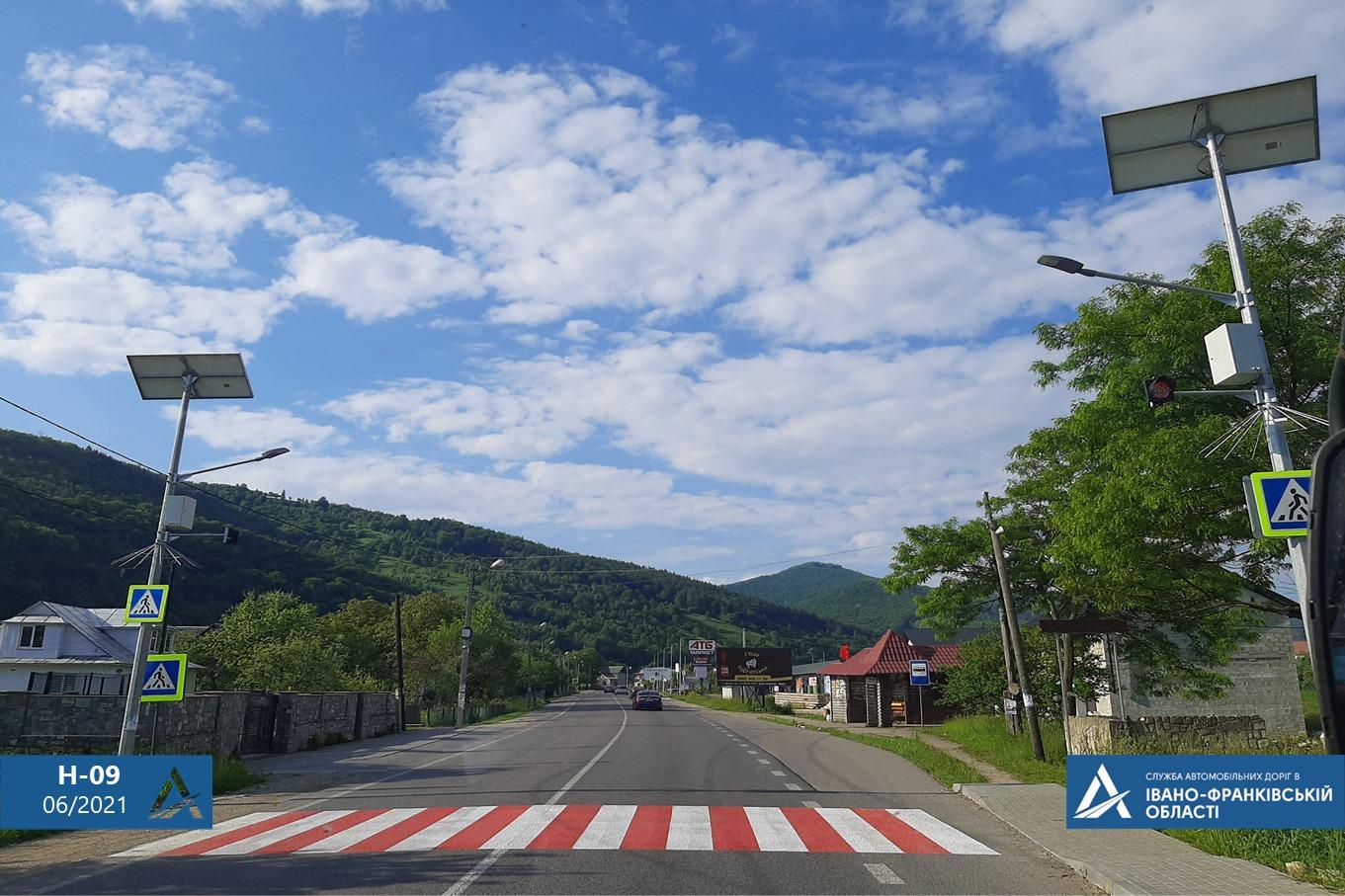Нові тротуари, знаки та освітлення: як на Прикарпатті дороги роблять безпечнішими (ФОТО)