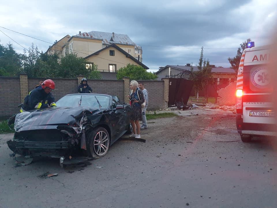 У Тисмениці водійка розтрощила кабріолет Ford Mustang та чужий паркан (ФОТО, ОНОВЛЕНО)