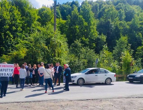 Обурені прикарпатці перекрили дорогу Косів-Верховина (ФОТО)