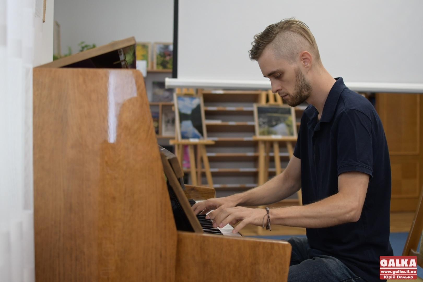 У Франківську Піаніст Майдану Ігор Михайлишин презентував свої книги про війну (ФОТО)