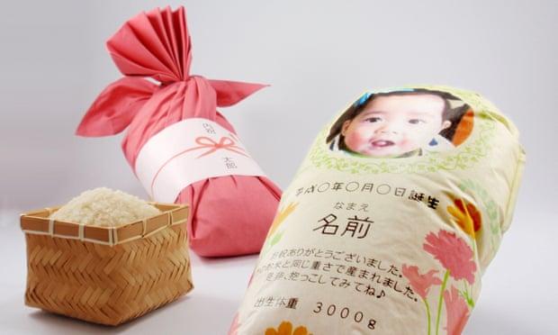 Мішечки з рисом замість дитини. Батьки в Японії придумали, як під час пандемії познайомити родичів із немовлям