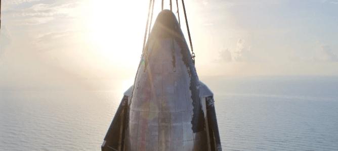 Найбільша в історії: SpaceX у прямому ефірі зібрала ракету Starship (ВІДЕО)