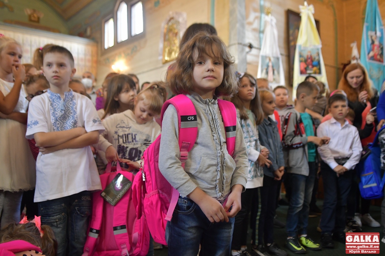 """Франківський """"Карітас"""" урочисто вручив перші портфелики школярам (ФОТО)"""