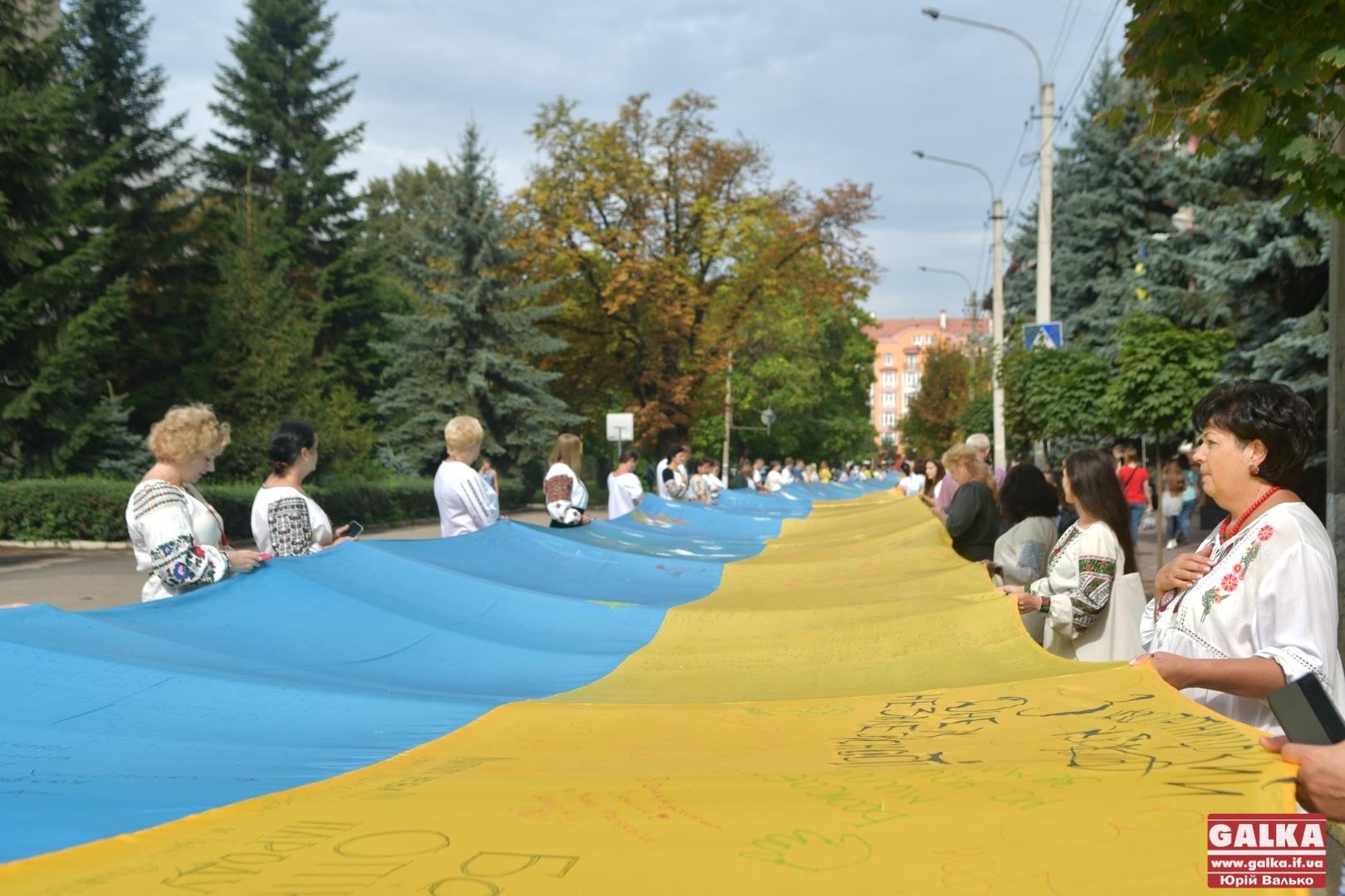 Черговий рекорд: один з найбільших прапорів України розгорнули в Івано-Франківську (ФОТО)