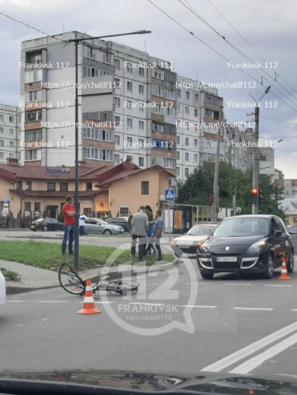 В Івано-Франківську водійка легковика збила велосипедиста (ВІДЕО)