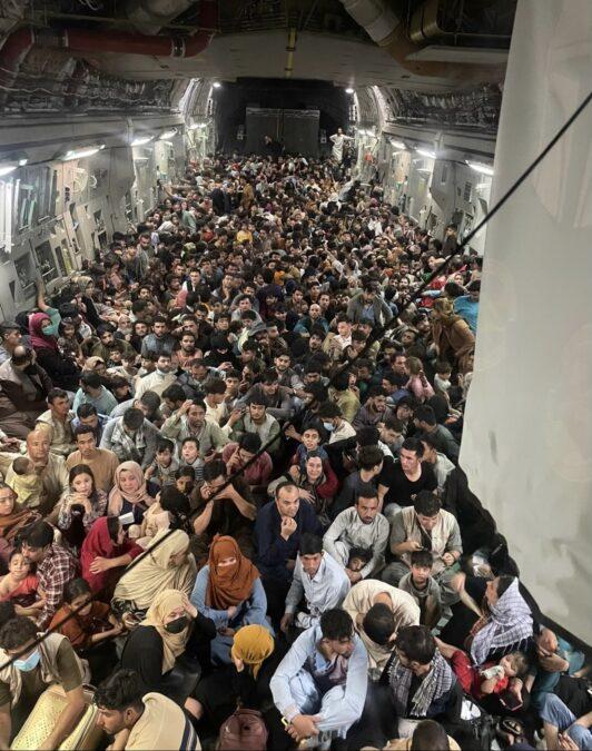 Вантажний літак США за один виліт евакуював 640 осіб з Афганістану (ФОТО)