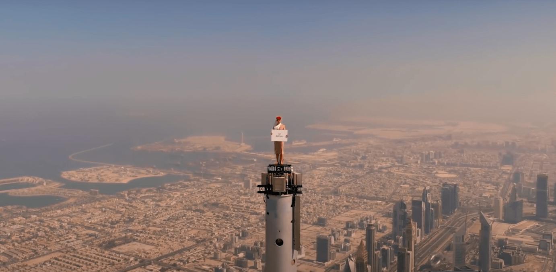 Emirates Airlines зняла рекламу зі «стюардесою» на вершині найвищої будівлі у світі (ВІДЕО, ФОТО)