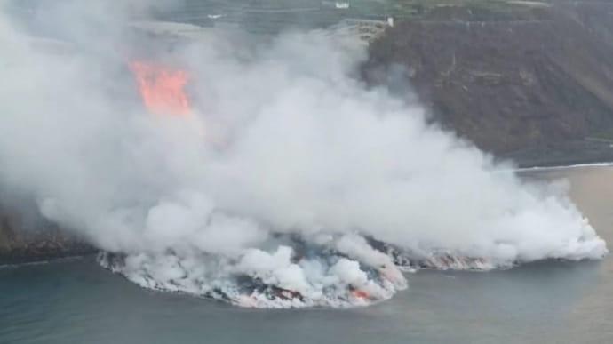 Лава з вулкана на Канарах утворила гігантську піраміду в морі (ФОТОФАКТ)