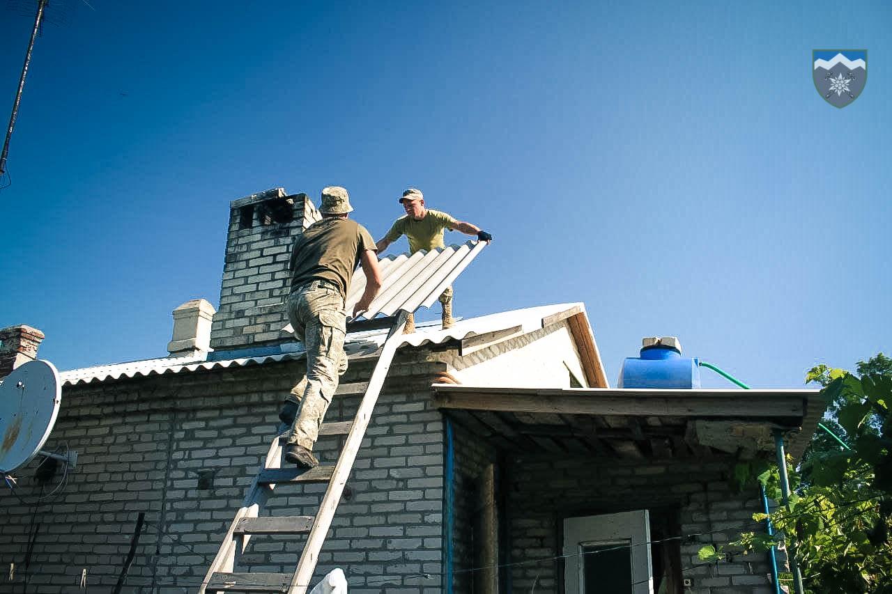 Бійці коломийської 10-ки полагодили дах помешкання літньої жінки у Майорську (ФОТО)