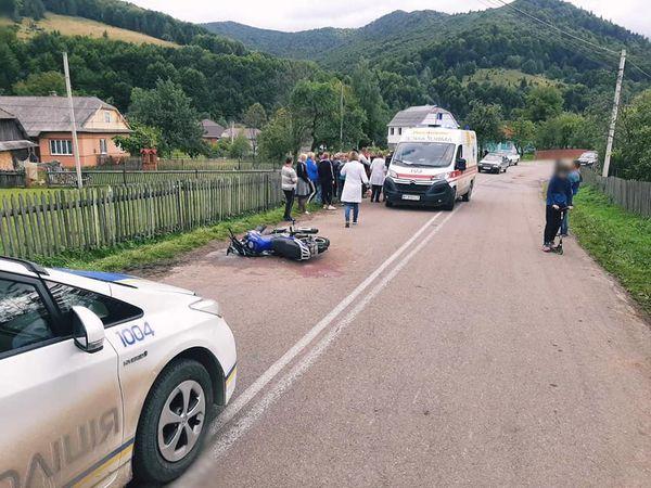 На Франківщині неповнолітній мотоцикліст збив двох дівчат (ФОТО)