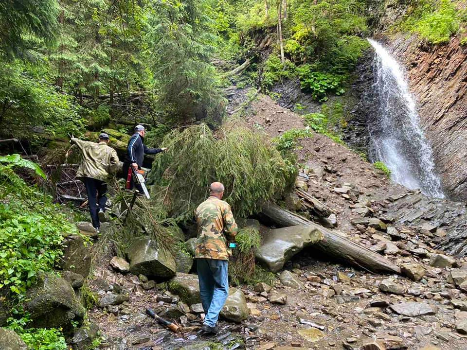 Біля водоспаду Гук зібрали сміття та відремонтували огорожу оглядового майданчика (ФОТО)