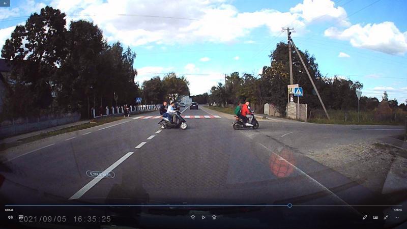 Самогубці на скутерах: у Тисменичанах молодики дивом не потрапили у ДТП (ВІДЕО)