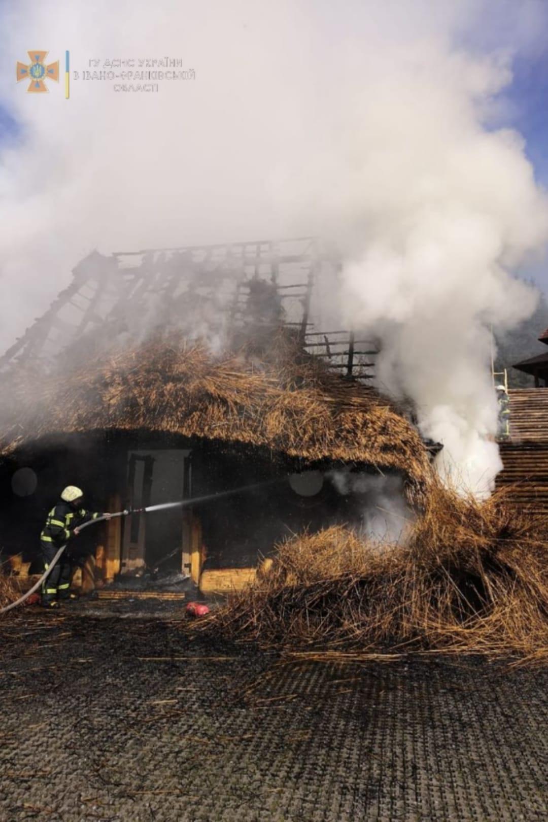 """На Буковелі згоріла будівля на території """"Гуцул Ленду"""" (ФОТО, ВІДЕО)"""