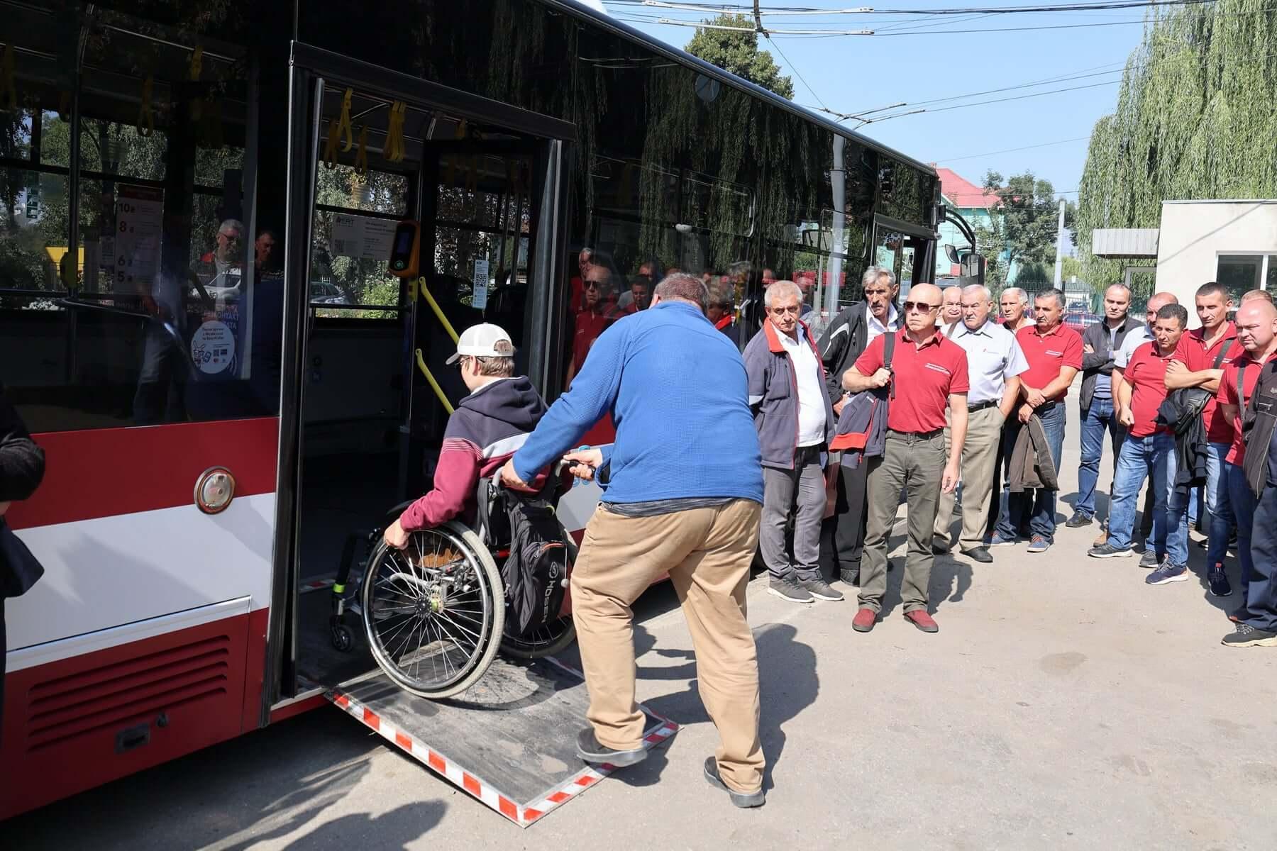 Водіїв комунального транспорту вчили правильно допомагати людям з інвалідністю (ФОТО)