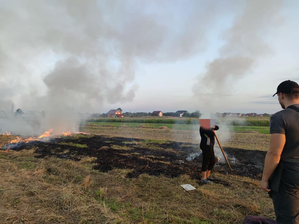 У приміських селах муніципали та пожежники штрафують за спалювання сухої трави (ФОТО)