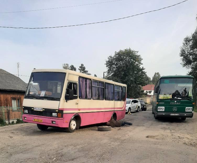 """На розбитій дорозі в Болехові водій автобуса """"загубив"""" колеса (ФОТО)"""