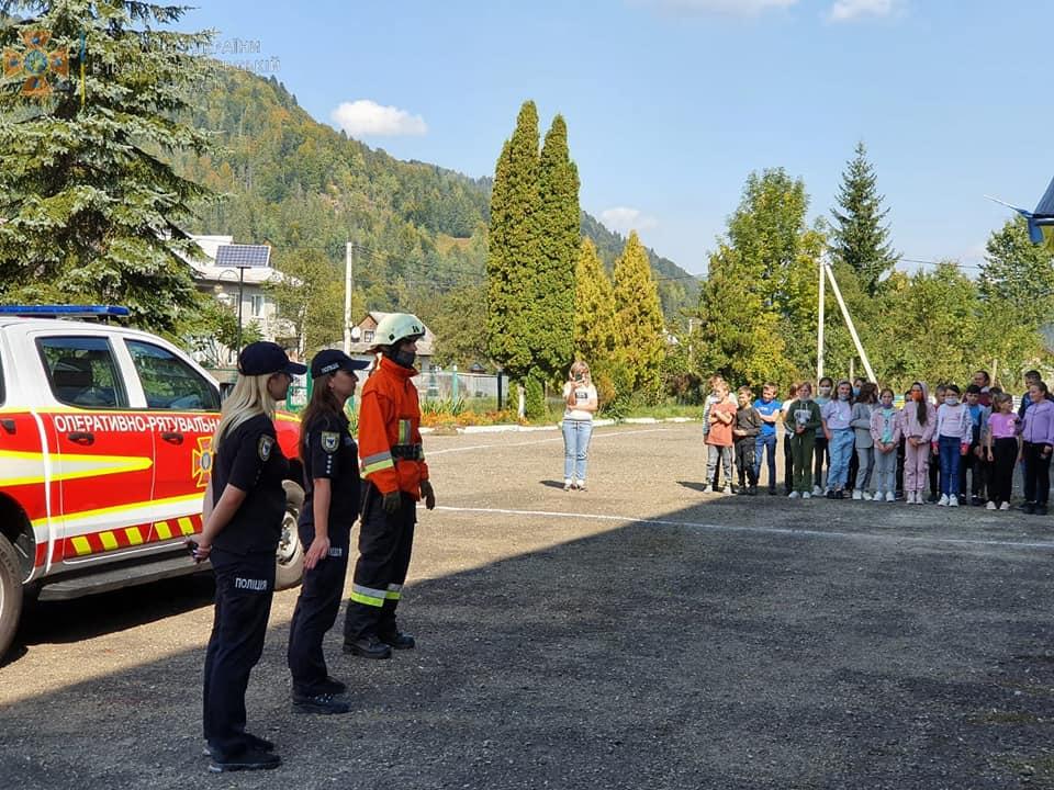 На Прикарпатті для школярів провели день з поліцейським та рятувальником