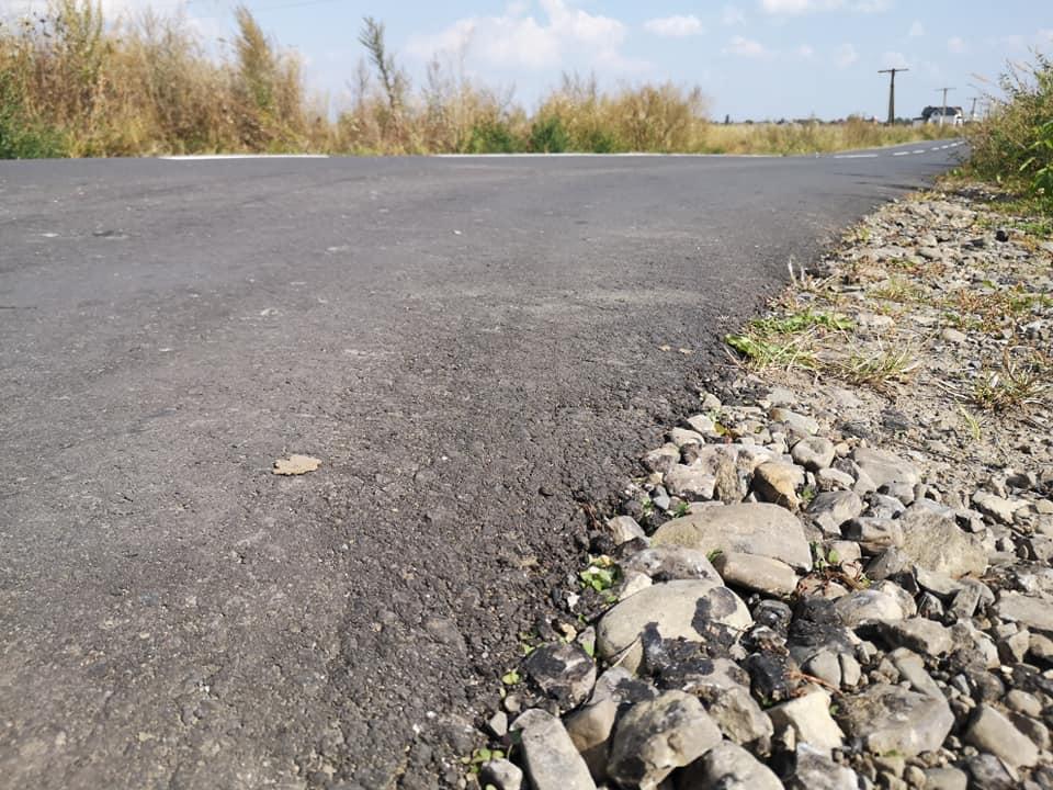 Пару сантиметрів асфальту і розмітка: депутат оцінив нову дорогу на Камінне (ФОТО)