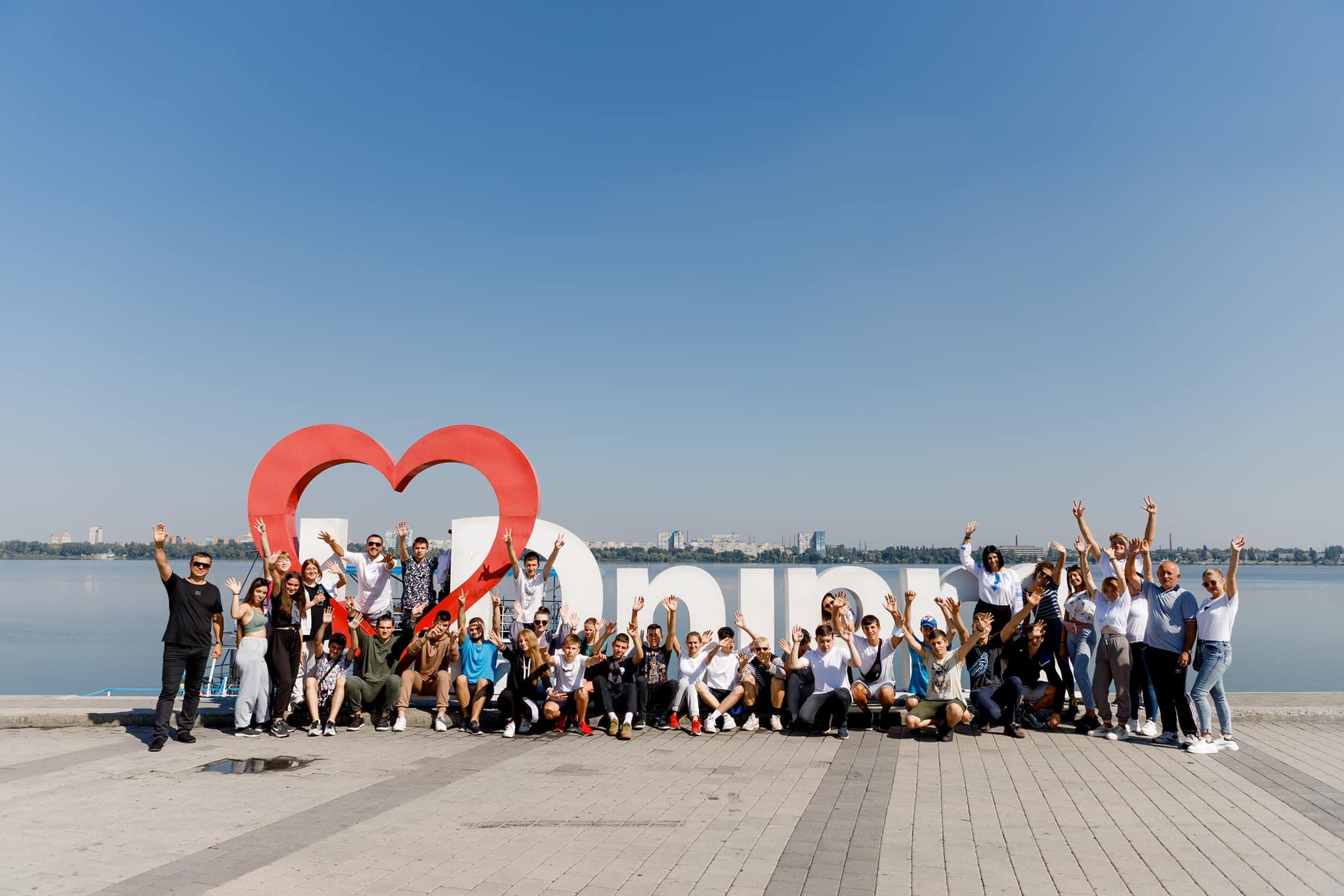 Юні прикарпатці погуляли святковим Дніпром і затанцювали для місцевих знамениту коломийку (ФОТО)