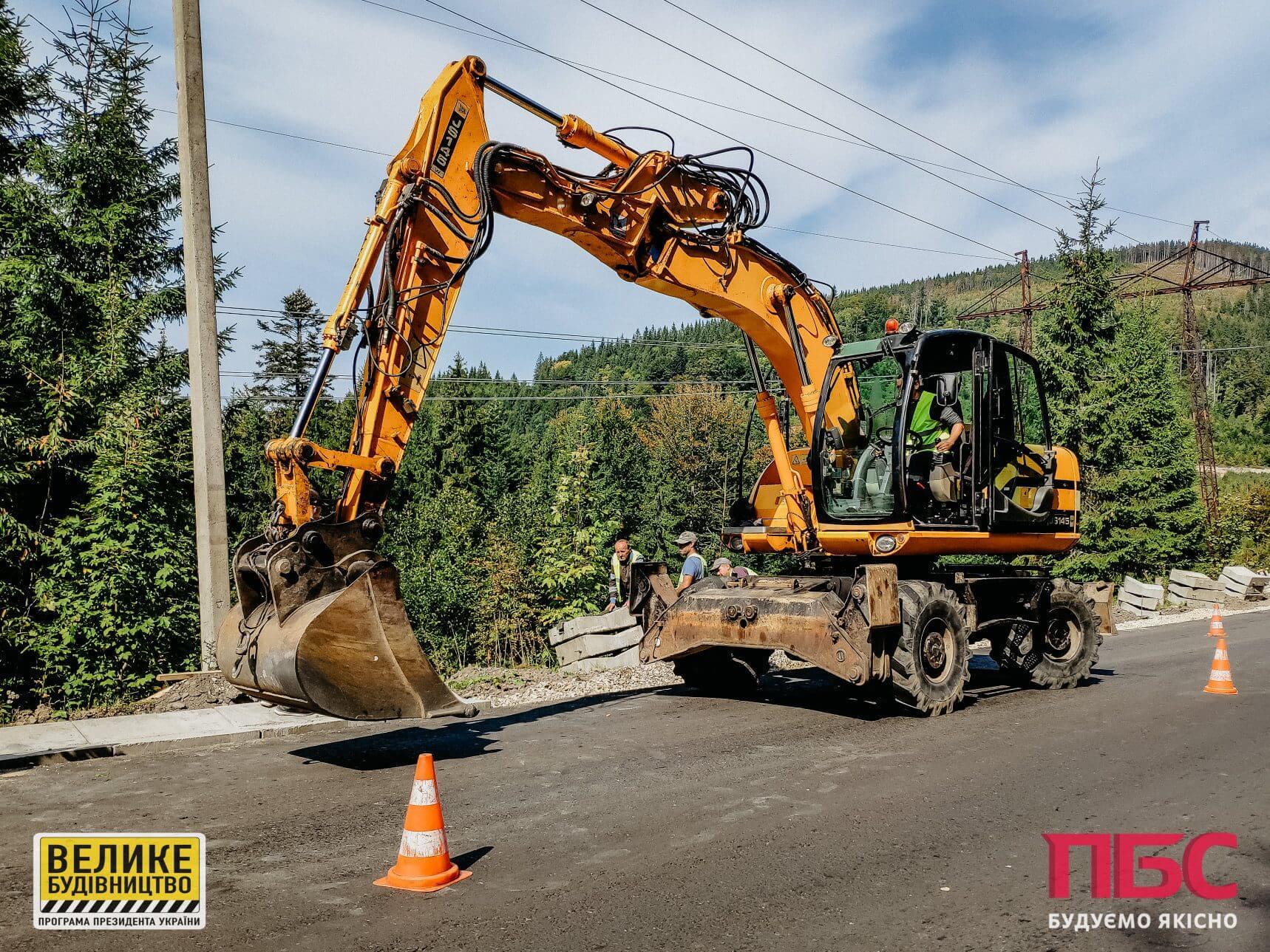 Ремонт на Вишківському перевалі: дорожники встановлюють водовідвідні лотки (ФОТО)