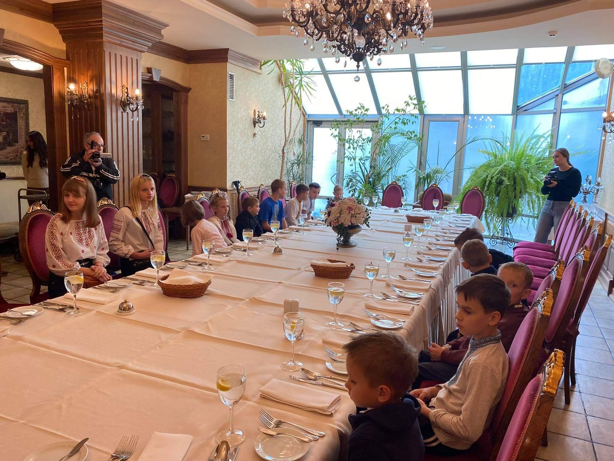 Навчали готувати та правильно смакувати: у Франківську влаштували благодійний обід для дітей-сиріт (ФОТО)