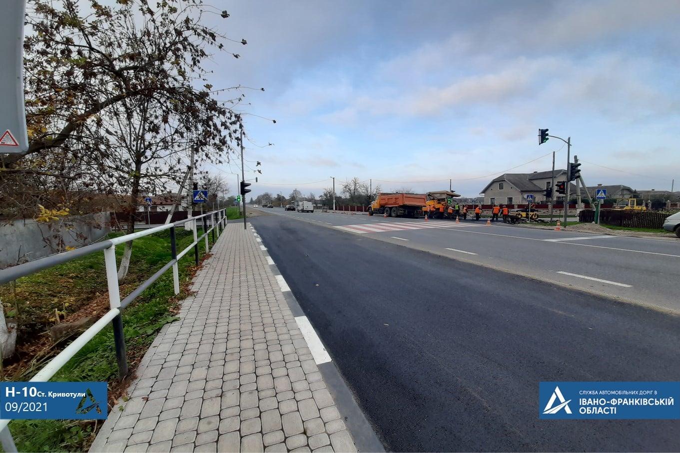 Нові тротуари, знаки та освітлення: як цьогоріч прикарпатські дороги безпечнішими роблять (ФОТО)