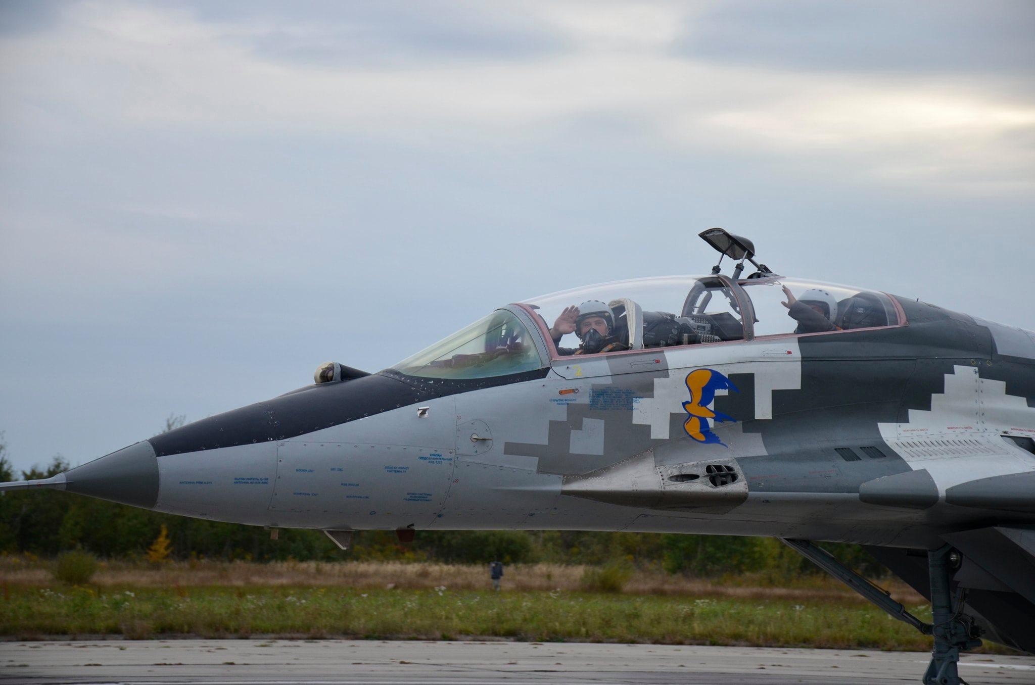 Франківські школярі побували на військовому летовищі під час польотів (ФОТО)