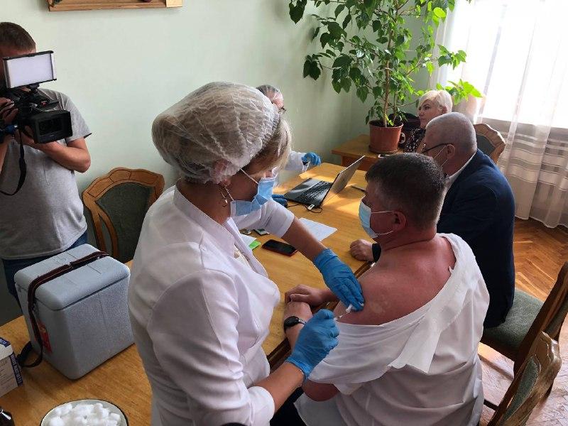 """""""Давайте покажемо приклад!"""": Марцінків оголосив перерву в роботі сесії, аби вакцинувати депутатів (ФОТО)"""