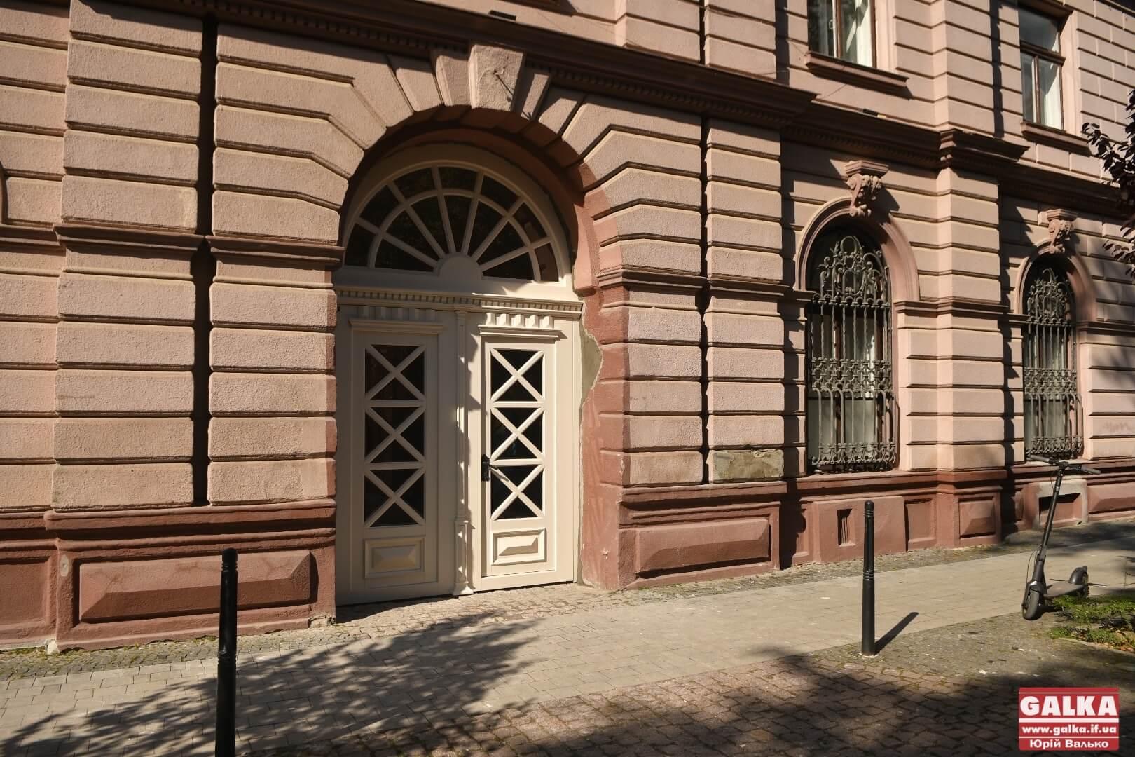У Франківському медуніверситеті відновили історичні двері (ФОТО)