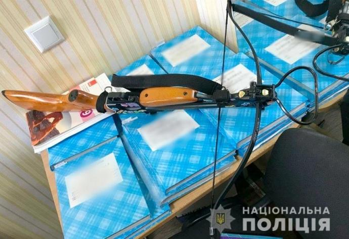 У Полтаві розлючена дівчина з арбалетом підстрелила двох вчителів (ФОТО)