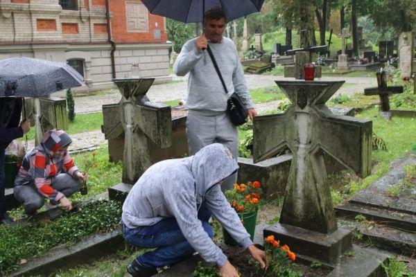 Волонтери з Франківська впорядкували українські могили в Польщі (ФОТО)