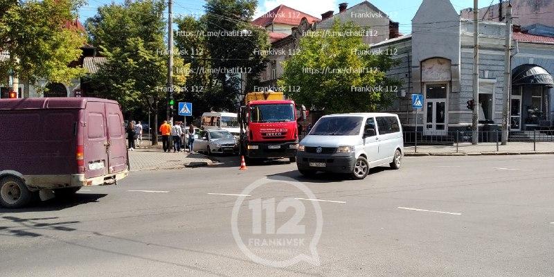 У Франківську зіткнулись вантажівка й легковик, формуються затори (ФОТО)